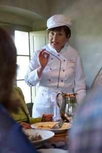 Tuscookany chef Laura explaining the guests